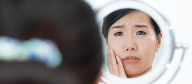 肌の状態に悩む女性